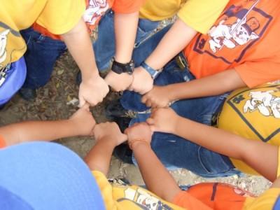 El círculo de la vida... gesto que demuestra que en el escutismo todos somos uno.